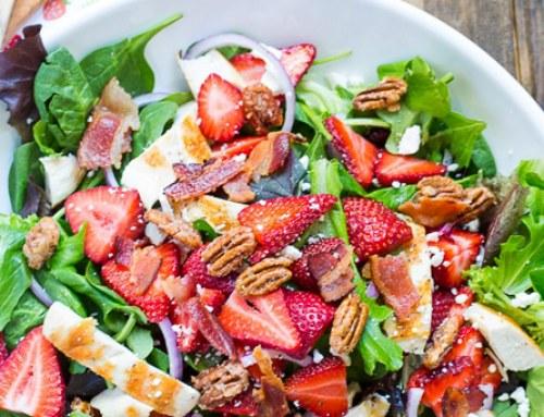 Balzsamos grillcsirke falatok epres-fetás salátával